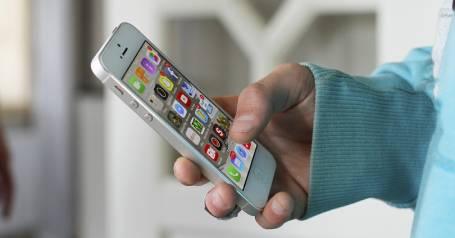 Iphone в руках человека